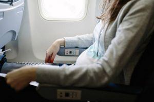 Vì sao cảm thấy đầy hơi khi đi máy bay, chữa ra sao?