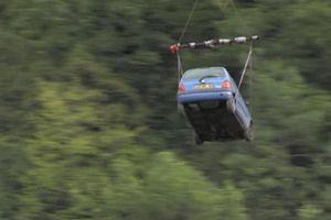 Đá lở chặn đường, làng trên núi Alps thuê cả trực thăng chuyển nhu yếu phẩm