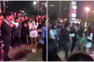 Cả khu phố náo loạn vì 2 chàng trai 'dàn trận' cầu hôn 1 cô gái và cái kết bất ngờ