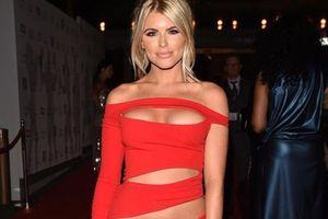 Hayley Hughes gây choáng với váy xẻ tứ bề