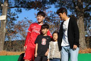 Xuân Trường khoe món quà đặc sản Hàn Quốc từ đồng đội cũ