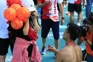 Màn cầu hôn bất ngờ trong giải marathon Quốc tế Di sản Hà Nội