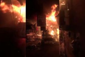 Vụ 2 người chết cháy trong cửa hàng hoa: Cửa cuốn đóng kín, người dân bất lực giải cứu