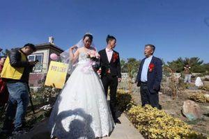 Chuyện lạ hôm nay: Đám cưới ở nghĩa trang và sự thật cảm động