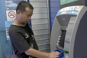 Lào Cai: Bắt quả tang đối tượng người Trung Quốc dùng 102 thẻ ATM giả rút tiền