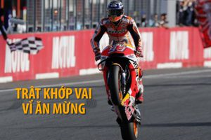 Vô địch Motor GP ăn mừng đến trật khớp vai