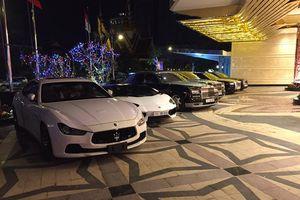 Choáng với dàn siêu xe và xe Rolls-Royce biển 'tứ quý' xếp hàng dài tại casino Campuchia
