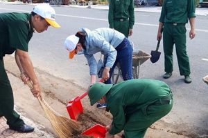 Đồn Biên phòng Long Sơn phối hợp tổng dọn vệ sinh tại khu tái định cư
