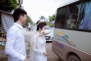 Cô dâu lau nước mắt chào người thân về nhà chồng