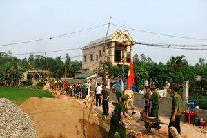 Chia sẻ khó khăn với người nghèo, giúp dân xây dựng nông thôn mới