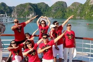Gia đình Nguyên Khang mặc áo Mickey đi nghỉ tại Hạ Long