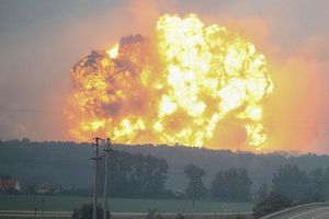 Giả thuyết gây chấn động về nguyên nhân thực sự dẫn tới vụ nổ kho vũ khí Ukraine