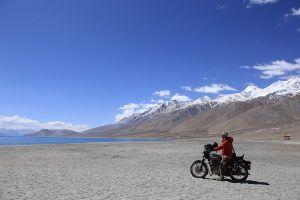 Màu xanh của hồ Pangong trên dãy Himalaya