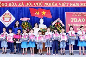 Quảng Ngãi: Trao tặng 540 cặp phao cho học sinh vùng lũ