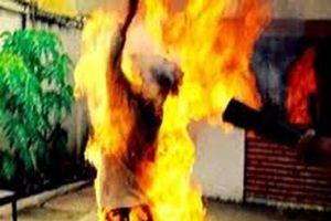Chồng ôm chặt vợ rồi châm lửa tự thiêu
