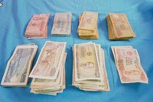 Hội bạn thân mừng cưới 1,4 kg tiền lẻ, dán ảnh 'dìm hàng' cô dâu