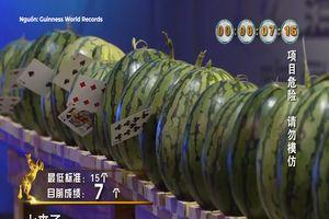 'Thần bài' Trung Quốc thể hiện tuyệt chiêu phóng xuyên dưa hấu