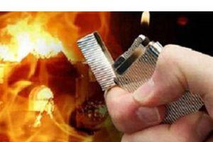 Chồng tưới xăng vào người vợ rồi châm lửa đốt