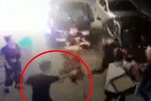 NÓNG: Clip hỗn chiến kinh hoàng trong đêm, 2 người trúng đạn