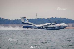 Thủy phi cơ lớn nhất thế giới của TQ lần đầu tiên được 'xuống nước'
