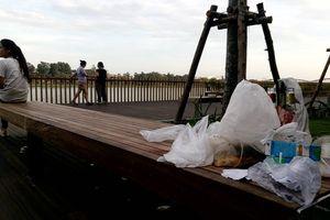 Đường gỗ lim 64 tỉ đồng chưa khánh thành đã đầy rác