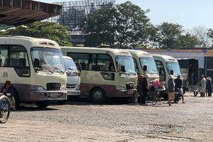 Xe buýt tranh giành khách giữa đất Cố Đô