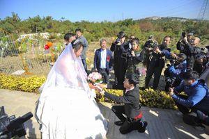Cặp đôi hạnh phúc tổ chức đám cưới tại nghĩa trang