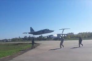 Thót tim chiến đấu cơ Su-25 Ukraine suýt lao xuống căn cứ không quân