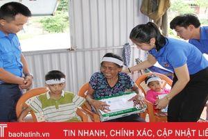 Các nhà hảo tâm hỗ trợ hộ nghèo ở Xuân Thành