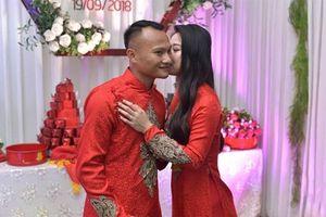 Về nước cưới vợ, Trọng Hoàng nhận quà bất ngờ từ HLV Park Hang-seo và tuyển Việt Nam