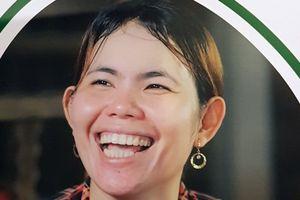 Một phụ nữ Khmer lần đầu trong đời được chồng tặng bánh sinh nhật