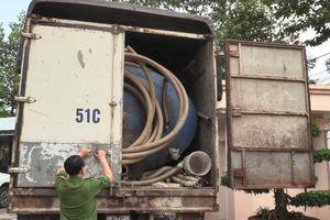 Ngụy trang bằng xe tải để chở nước thải công nghiệp đổ ra cống thoát nước