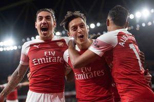Oezil bùng nổ, Arsenal thắng 10 trận liên tiếp