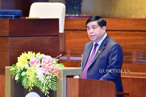 Bộ trưởng Nguyễn Chí Dũng trình bày Tờ trình về dự án Luật sửa đổi, bổ sung các luật có quy định liên quan đến quy hoạch