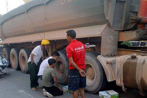 Ngã xe trên đường đi học về, bé trai 3 tuổi bị xe tải cán chết thương tâm
