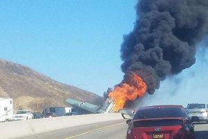 Máy bay đâm xuống cao tốc ở Mỹ, bốc cháy ngùn ngụt