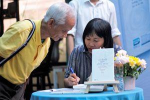 Nguyễn Ngọc Tư lặng lẽ ký tặng cho hàng trăm độc giả tại Đường Sách