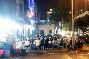 Hàng ăn đêm độc chiếm vỉa hè ngã ba Quang Trung - Bà Triệu (Hà Đông)
