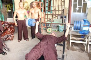 'Cô bé hát nhạc Trịnh' tập tạ trị bệnh