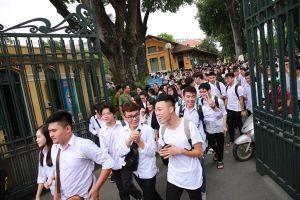 Trường đại học ở TP.HCM yêu cầu sinh viên mặc áo thun có cổ, không nhuộm tóc nhiều màu