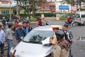 Ô tô 'điên' gây tai nạn liên hoàn, 4 người nhập viện cấp cứu