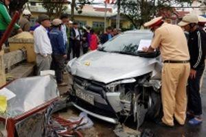 Ô-tô đột ngột đánh lái, đâm bốn người nhập viện