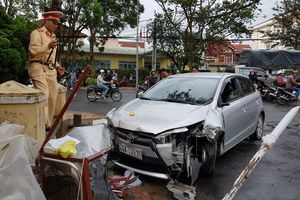 Ô tô gây tai nạn liên hoàn, 4 người bị thương