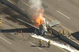 Máy bay huấn luyện Mỹ lao xuống đường cao tốc, bốc cháy dữ dội