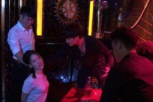 Vừa xong 'Quỳnh búp bê', Phong Cấn sang phim mới ép Hoàng Hải Thu đi khách