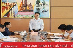 Trưởng Đoàn ĐBQH Hà Tĩnh Đặng Quốc Khánh điều hành thảo luận tổ