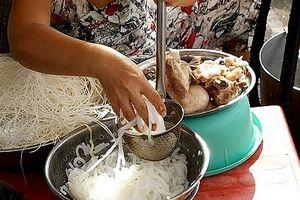 Tiêu dùng 72h: Bán đồ ăn không đeo găng tay bị phạt tiền triệu - Người dân đồng thuận