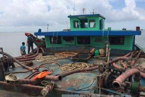 Bốn sà lan khai thác cát trái phép ở biển Cần Giờ bị bắt giữ