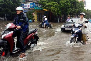 Mưa lớn, nhiều tuyến phố Thanh Hóa ngập sâu trong biển nước