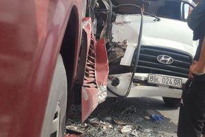 Hành khách hoảng sợ la hét khi ô tô tải tông vào đuôi xe giường nằm